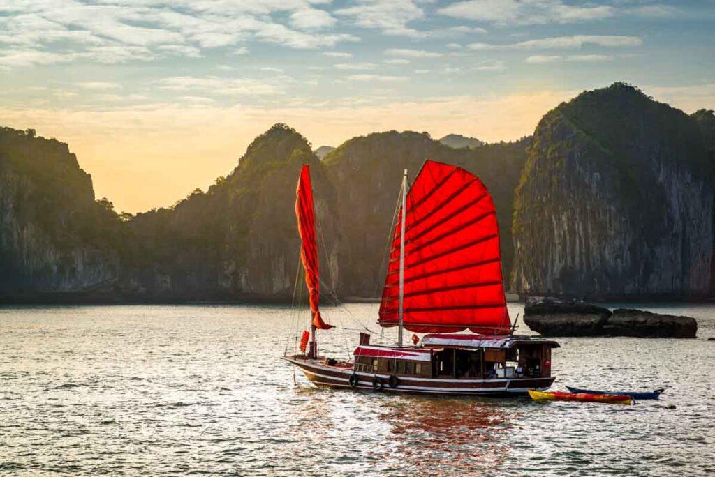 excursion en barco tipico bahia de halong