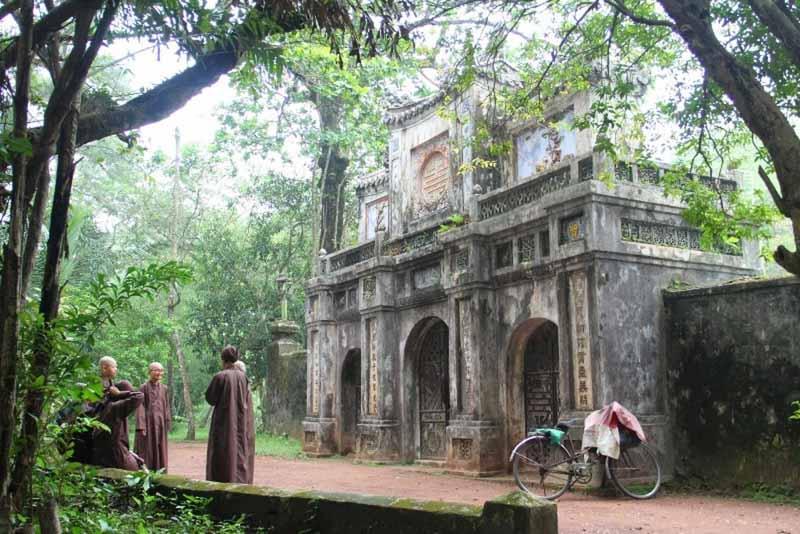 Tu Hieu pagoda en hue, vietnam