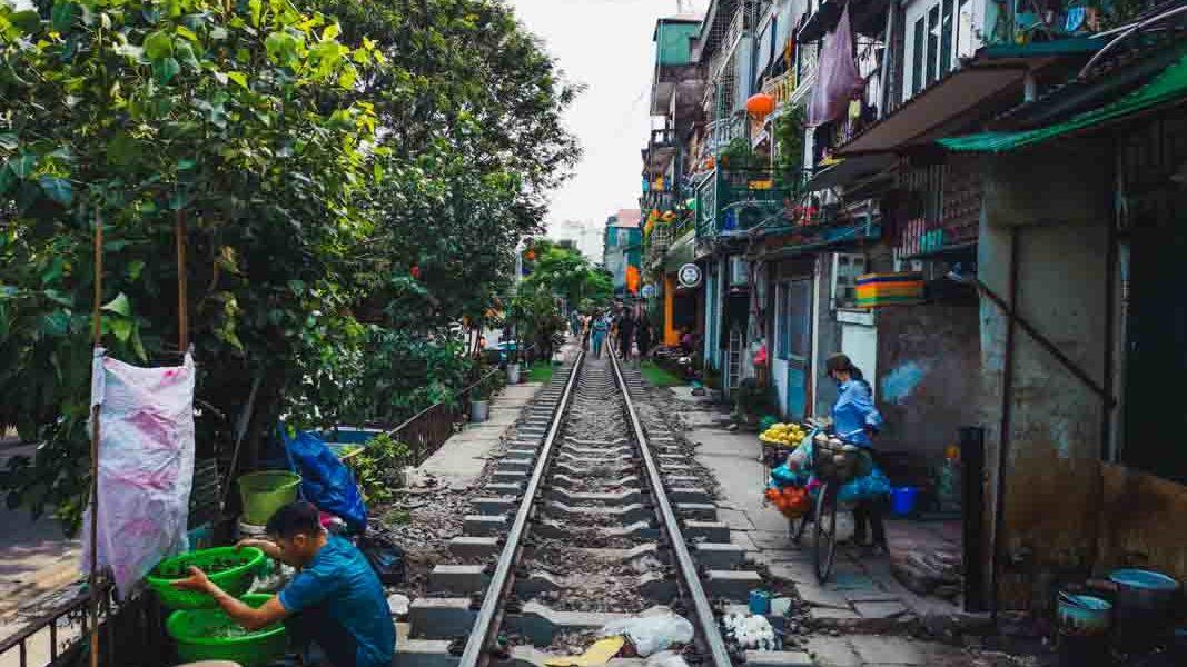 calle del tren en hanoi, vietnam