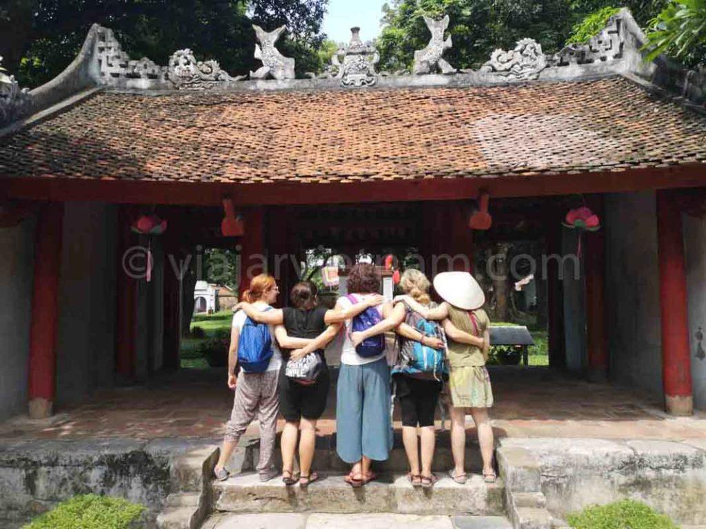 interior templo de la literatura en hanoi